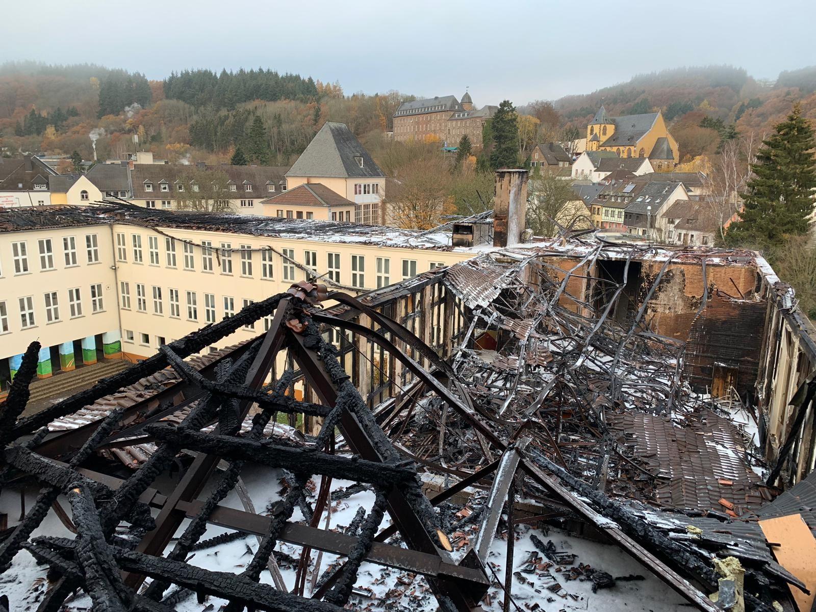 Schule angezündet:Jugendlicher Brandstifter verurteilt