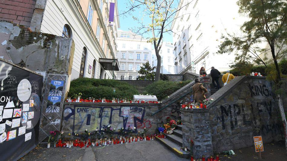 Kerzen und Blumen in Wien im Bereich eines Tatorts