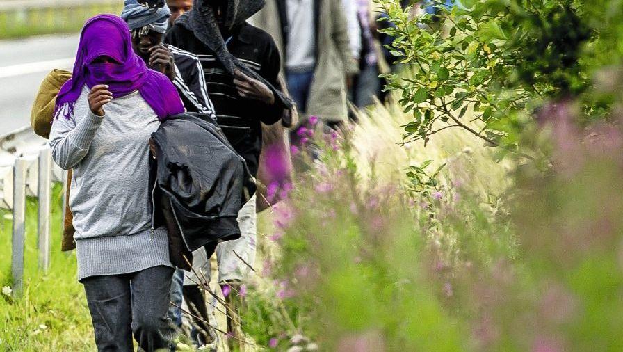 Flüchtlinge auf dem Weg zum Eurotunnel