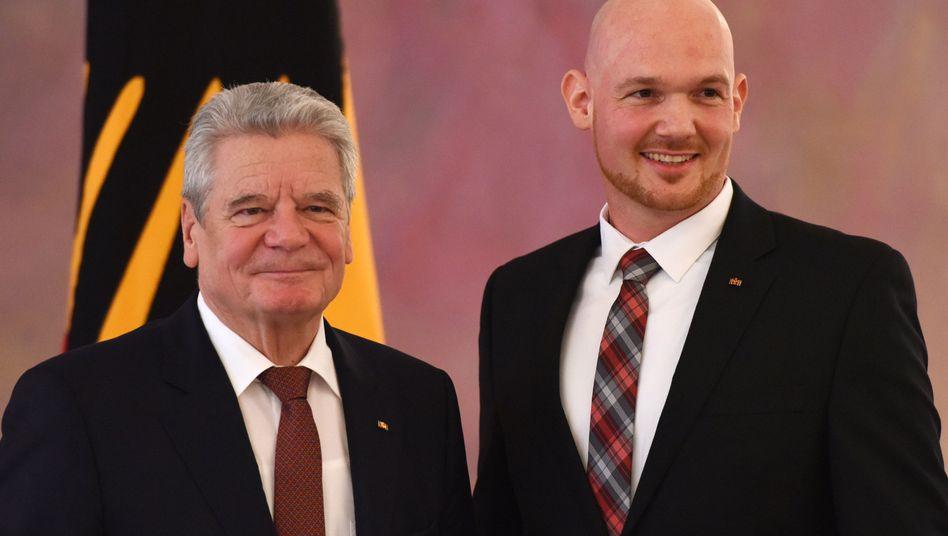"""Bundespräsident Joachim Gauck ehrt Raumfahrer Gerst (13.01.2015): """"In Anerkennung der um Volk und Staat erworbenen Verdienste"""""""
