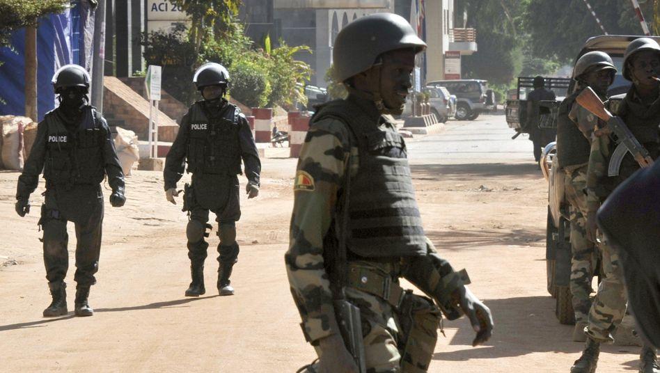 Sicherheitskräfte in Malis Hauptstadt Bamako: Bei einer blutigen Geiselnahme kamen 21 Menschen ums Leben