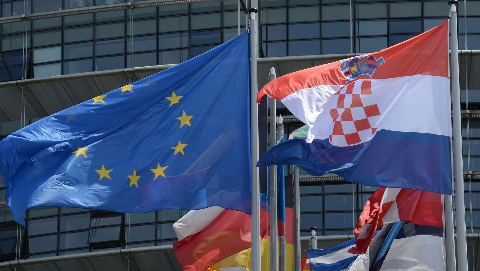 Kroatische und europäische Flagge in Straßburg