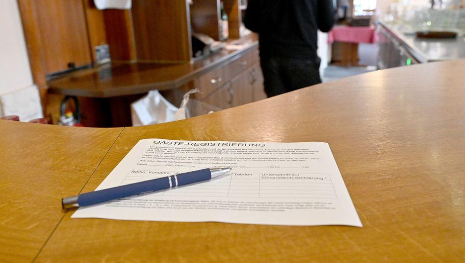 Zettel für die Gästeregistrierung in einem Restaurant in Schleswig-Holstein