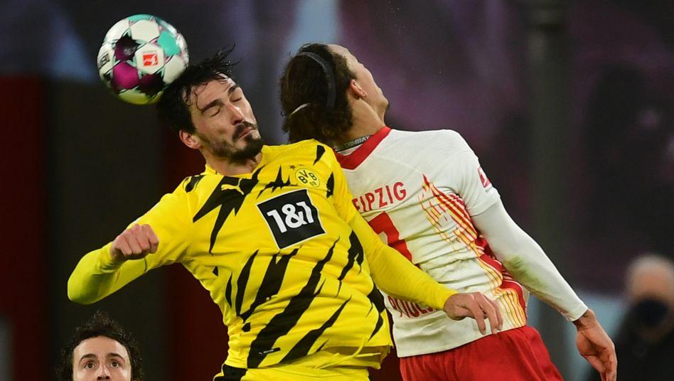 Mats Hummels (l.) nimmt Yussuf Poulsen aus dem Spiel