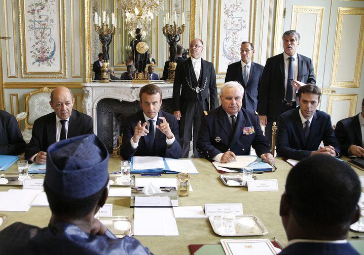 Der französische Präsident Emmanuel Macron (M.) trifft im Elysee-Palast den Präsidenten des Niger, Mahamadou Issoufou (vorne r.) und den Präsidenten des Tschad, Idriss Deby Itno (vorne l.)