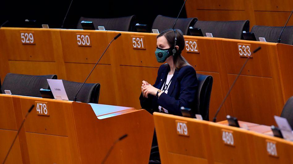 EU-Parlamentarierin mit Schutzmaske (Archivbild): Das Parlament einigte sich auf die Bereitstellung von Milliardenhilfen