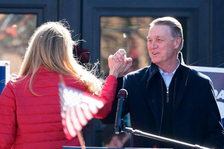 Republikaner David Perdue (r.) befindet sich nach einem Corona-Kontakt in Quarantäne