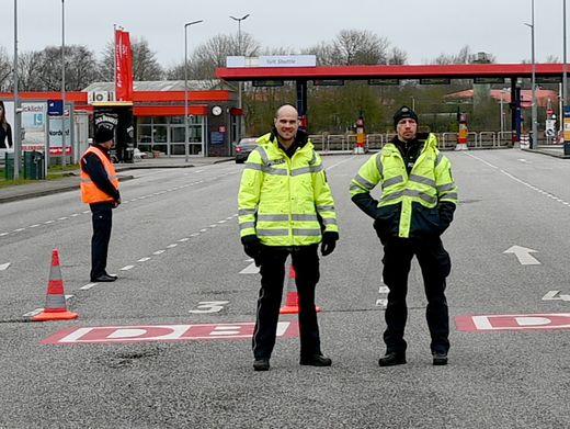 Polizisten kontrollieren am Montag an der Autoverladestation Niebüll den Verkehr zur Insel Sylt. Der Zugang ist wegen der Verbreitung des Coronavirus nur noch Einwohnern und Pendlern gestattet.