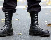 Botschaft der Stiefel: Weiße Schnürsenkel als Symbol für weiße Rasse