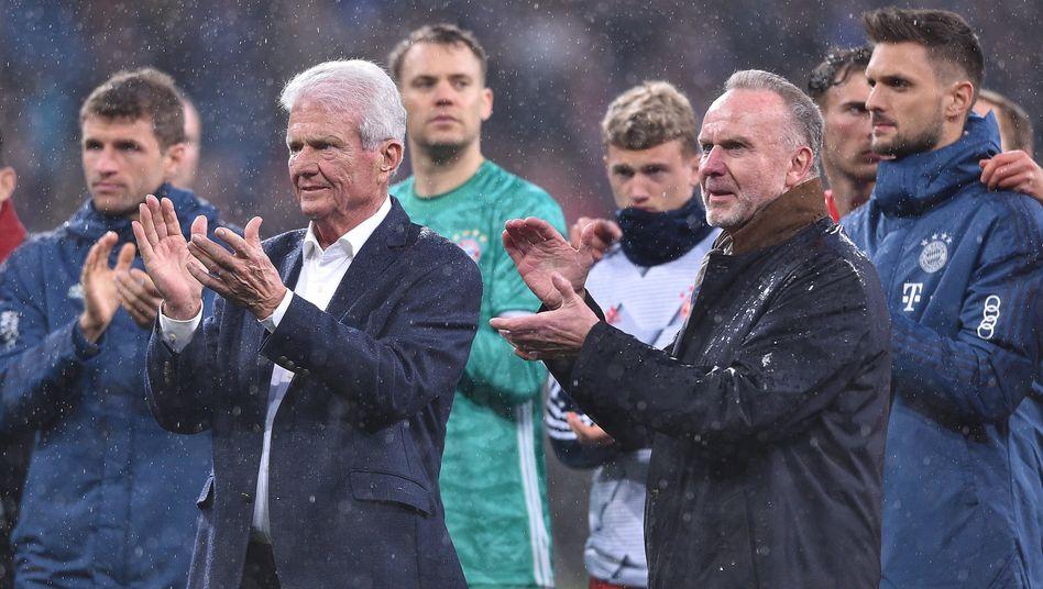 Bayern Münchens Vorstandschef Karl-Heinz Rummenigge (rechts) stellte sich am Samstag demonstrativ neben Dietmar Hopp