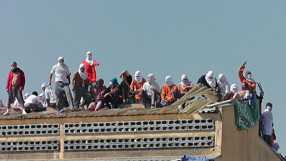 Gefängnismeuterei in Brasilien: Vermummte Aufständische auf dem Dach der Haftanstalt in Cascavel