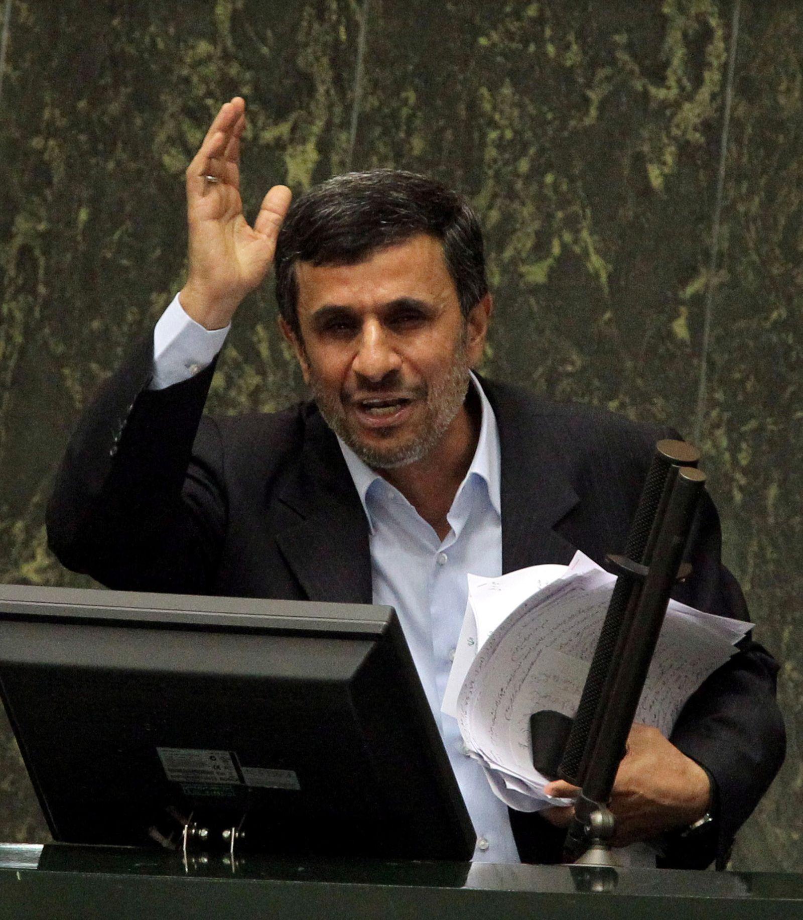 Ahmadinedschad im Parlament