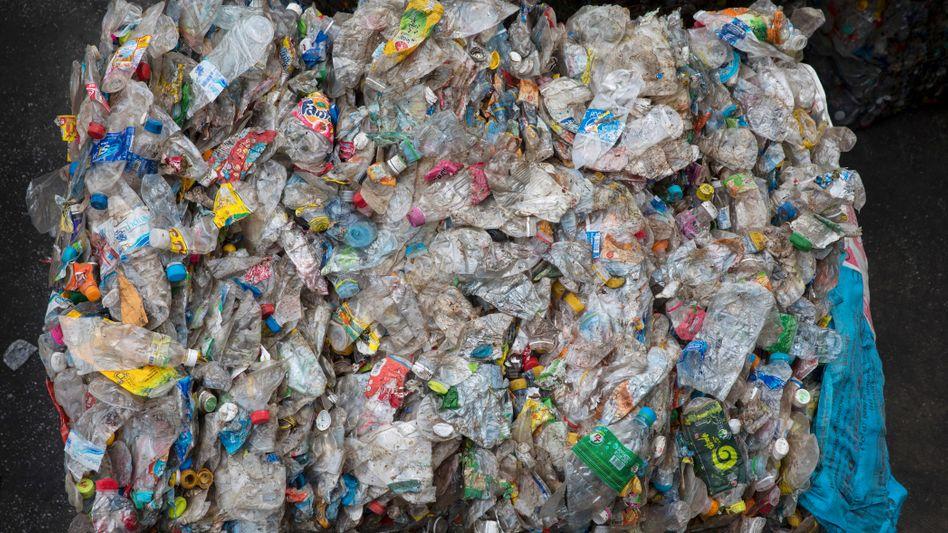 Gepresste Plastikflaschen: Sorgen sie bald für Halt auf der Straße?