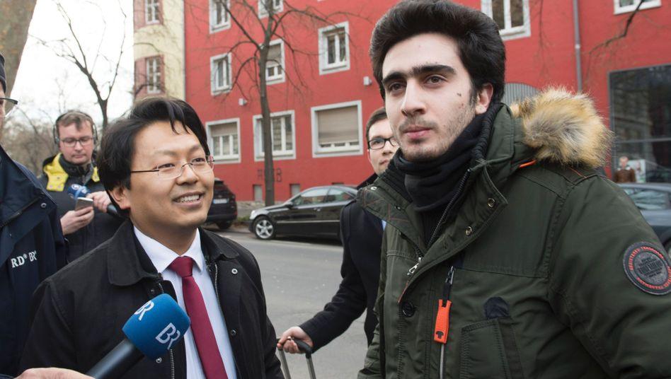 Flüchtling Modamani (rechts) mit Anwalt (Archivbild)
