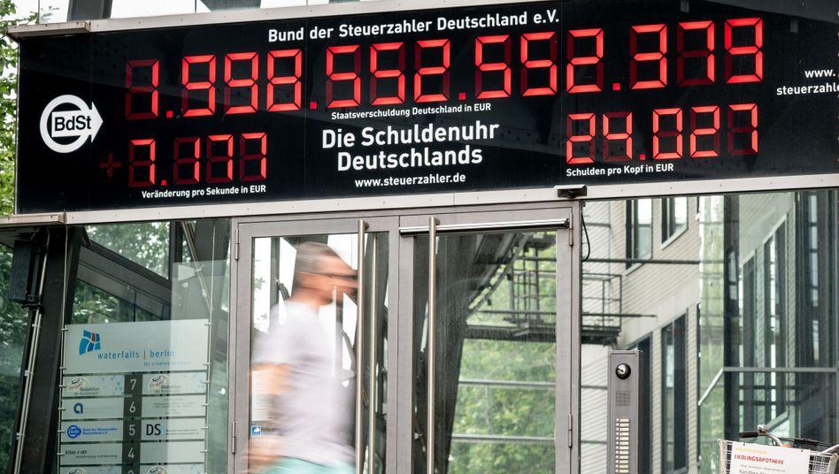 Schuldenuhr des Bundes der Steuerzahler (Archiv): Bund zahlt für neue Schulden keine Zinsen