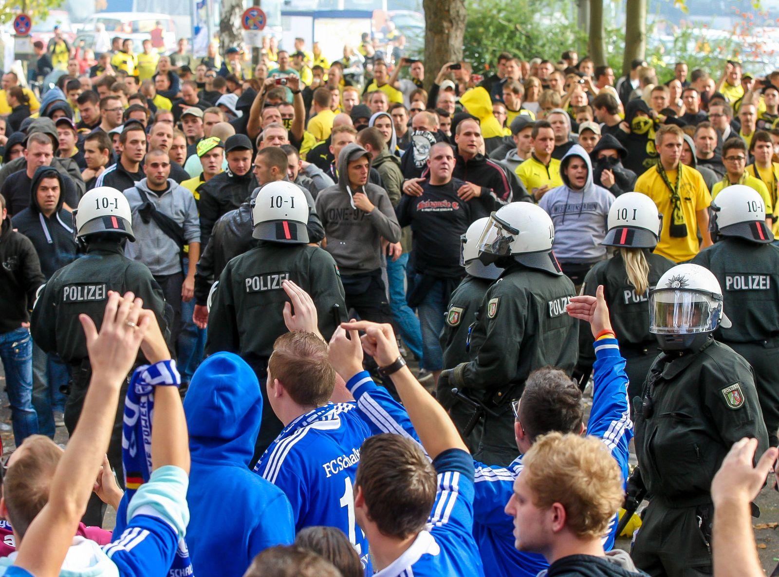 EINMALIGE VERWENDUNG Fans randalieren beim Revierderby