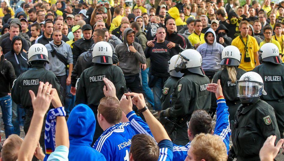 Polizisten beim Revierderby: NRW will Kosten einsparen