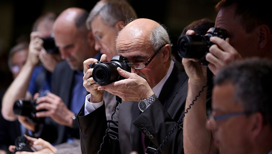 Besucher mit Nikon-Kamera auf einer Messe in Köln (Archivbild): Fertig bis zu den Olympischen Spielen?