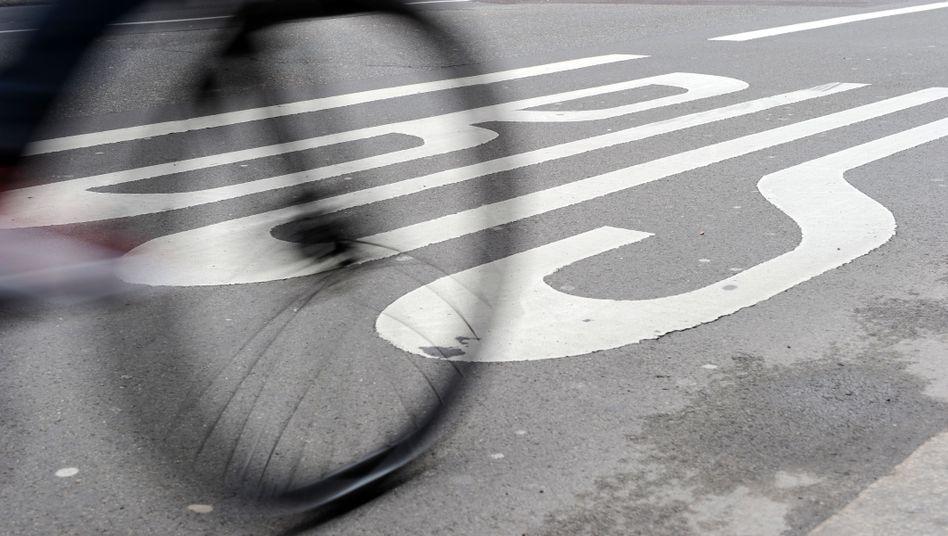 Auf Busspuren könnte bald mehr los sein, denn Verkehrsminister Scheuer will auch E-Scooter und Fahrgemeinschaften dort fahren lassen