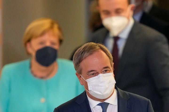 Armin Laschet am Wahlabend, im Hintergrund Angela Merkel