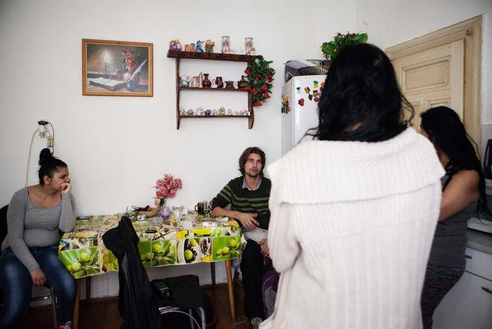 Sozialarbeiter Jan Milota beim Familienbesuch