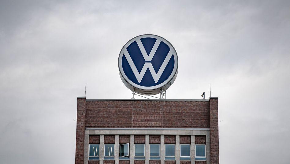 VW-Logo auf dem Verwaltungshochhaus vom Volkswagenwerk in Wolfsburg