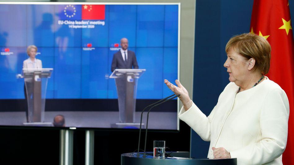 Kanzlerin Angela Merkel bei der per Video übertragenen Pressekonferenz mit Kommissionschefin von der Leyen und Ratspräsident Michel