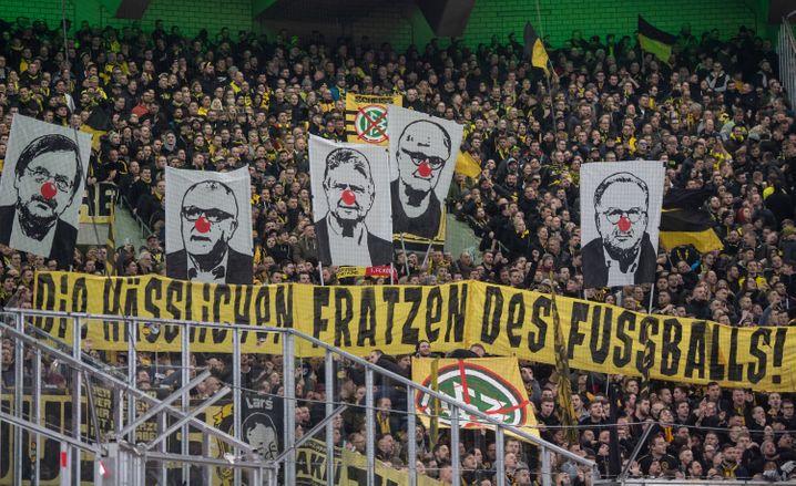 Dortmund-Fans zeigen beim Spiel gegen Gladbach Anfang März Bannern unter anderem gegen Dietmar Hopp und Karl-Heinz Rummenigge