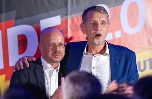 Andreas Kalbitz und sein Rechtsaußen-Mitstreiter Björn Höcke bei der AfD-Wahlparty nach der Landtagswahl in Thüringen im Oktober 2019