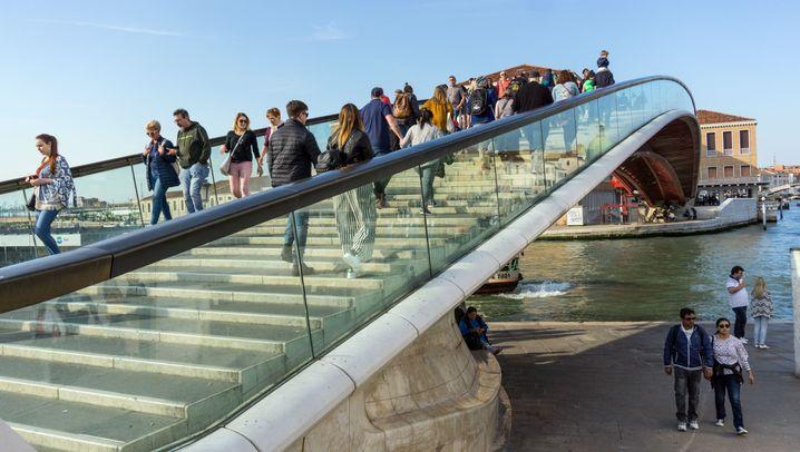 Brücke in Venedig: Pannengondel und glitschige Glasstufen