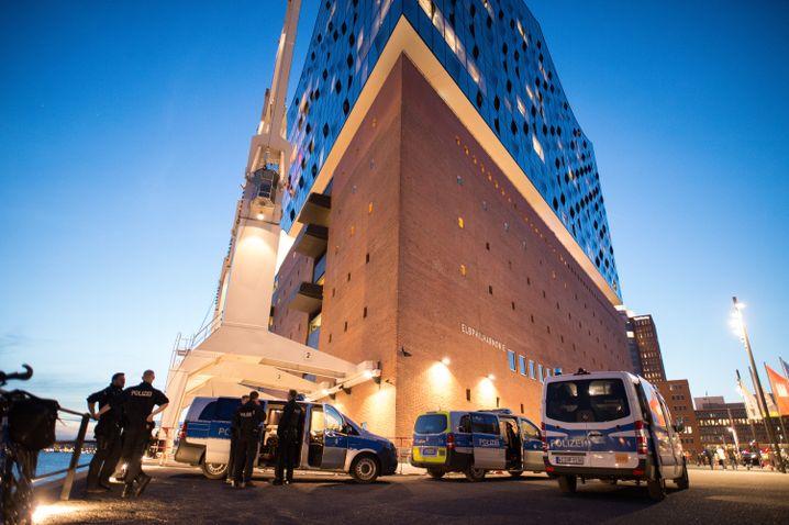 Polizei an der Elbphilharmonie in Hamburg