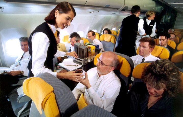 Flugbegleiterin bei der Arbeit: Manchmal bietet der Service einige Überraschungen