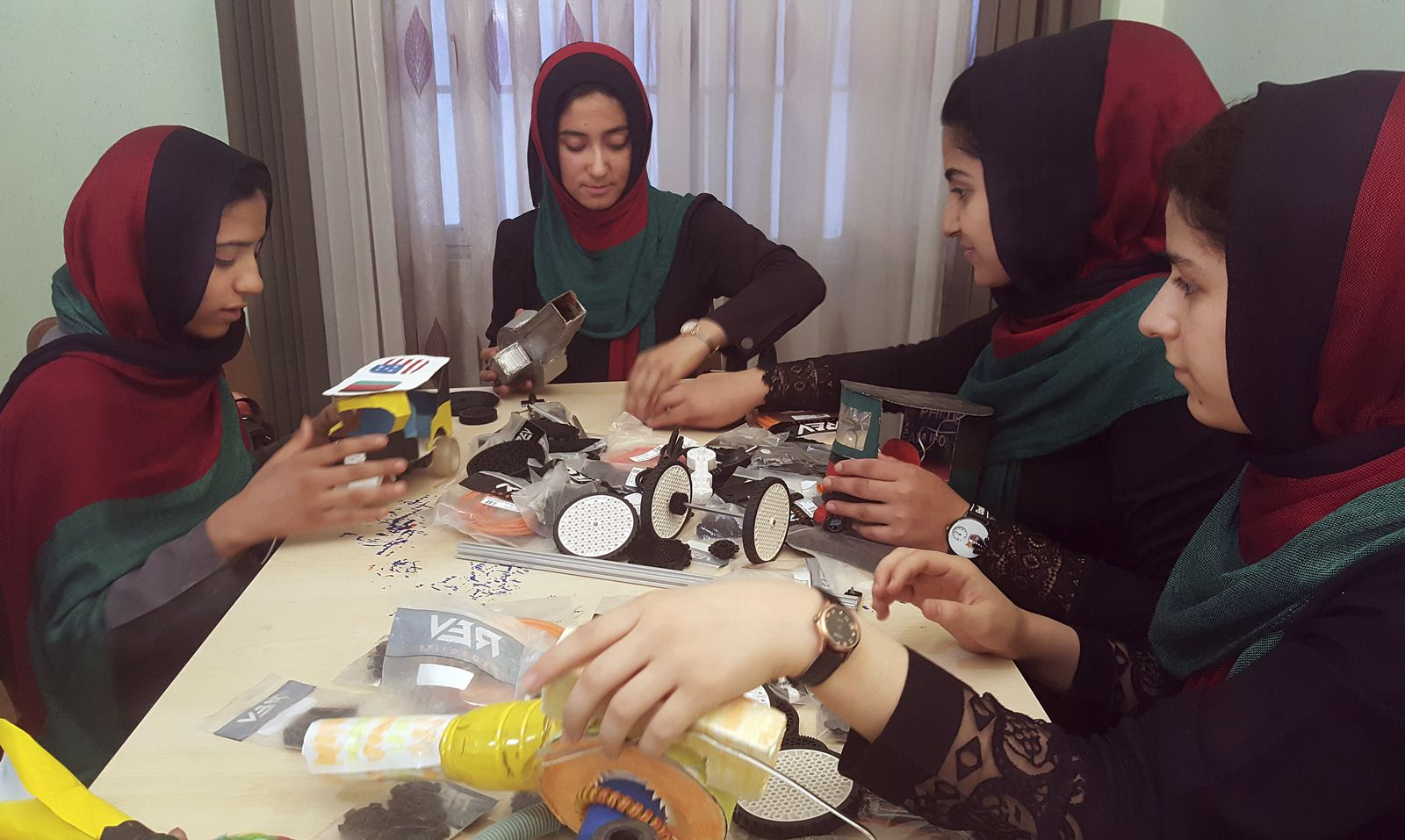 Schülerinnen aus Afghanistan / Roboter-Wettbewerb