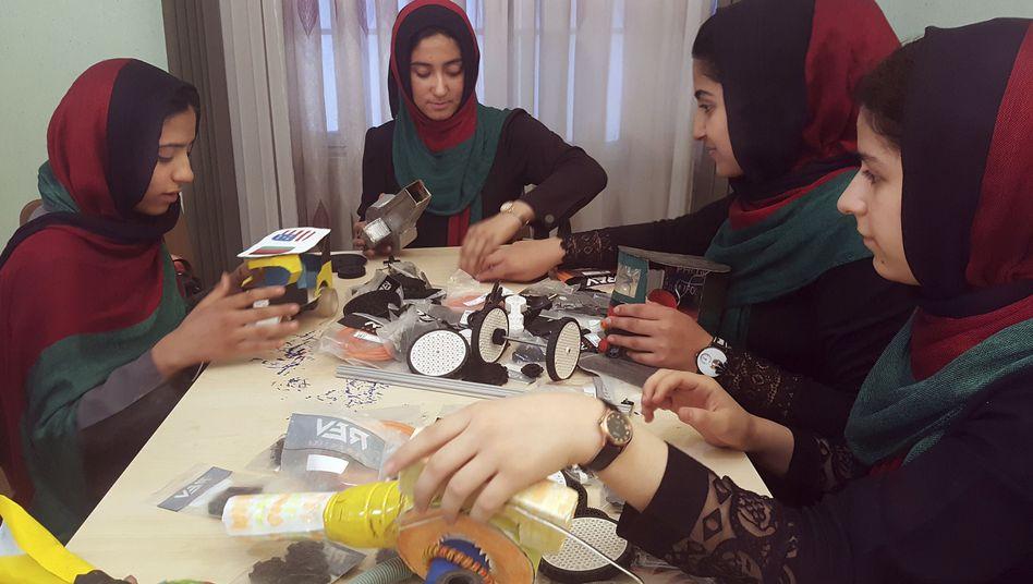 Afghanische Schülerinnen tüfteln an Robotern