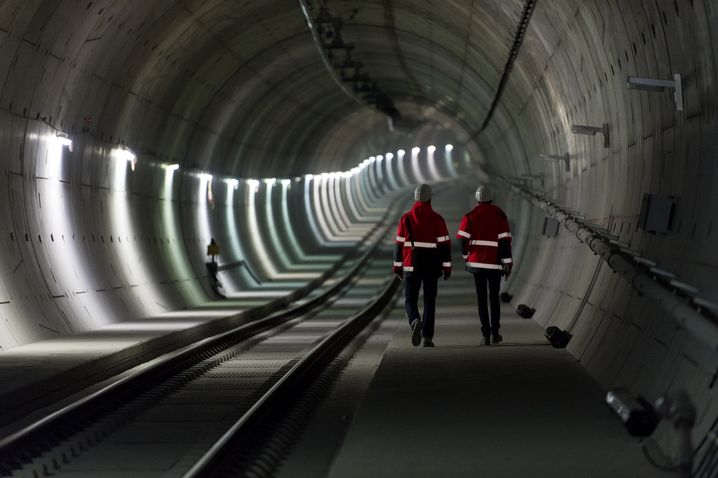 Construction workers inside the Leipzig City Tunnel: Will they complete building this year?