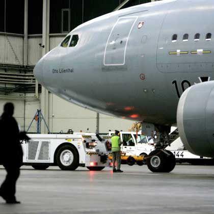 Zurück in Köln: Die beiden schwer verletzten Bundeswehr-Soldaten sind außer Lebensgefahr.