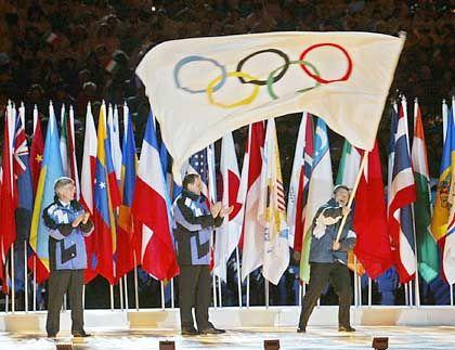 Forza Torino! Der Bürgermeister von Turin, Sergio Chiamparino, freut sich, dass er die olympische Flagge vom Amtskollegen aus Salt Lake City, Rocky Anderson, und von IOC-Chef Jacques Rogge überreicht bekommen hat