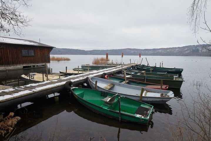 Boote dümpeln an einem Anlegesteg am Laacher See