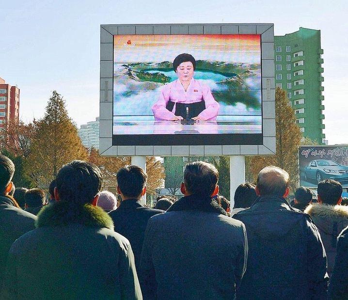 In Nordkorea gibt es keine Pressefreiheit. Die Regierung bestimmt, worüber die Nachrichtensendungen berichten sollen.