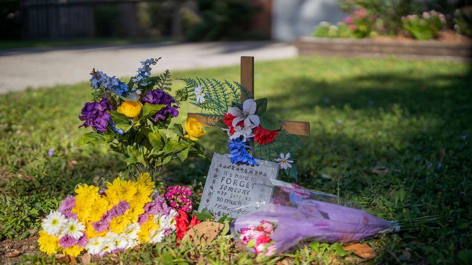 Kreuz und Blumen für Ahmaud Arbery: In der Nähe des Tatorts wird des Toten gedacht