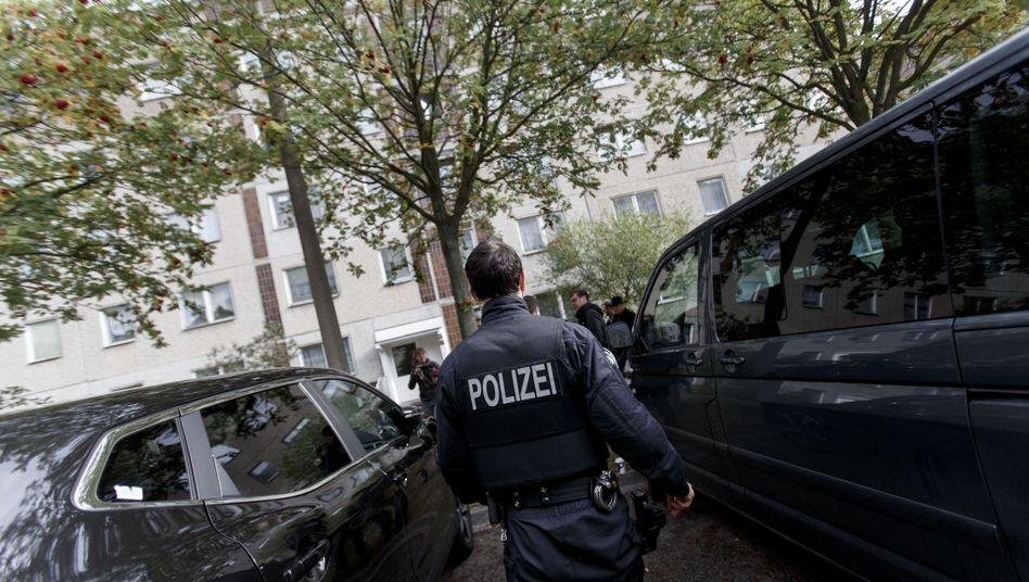 Polizisten am Ort der Festnahme Albakrs in Leipzig.