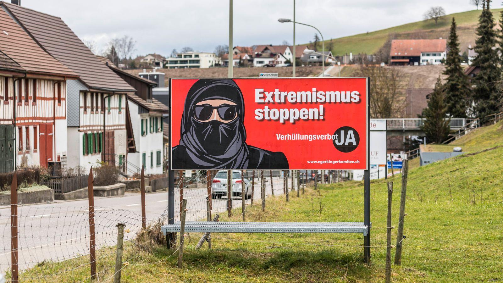 Eglisau, Schweiz - 7. Februar 2021: Die Initianten das Egerkinger Komitee können sich zuversichtlich zeigen - viel Gege