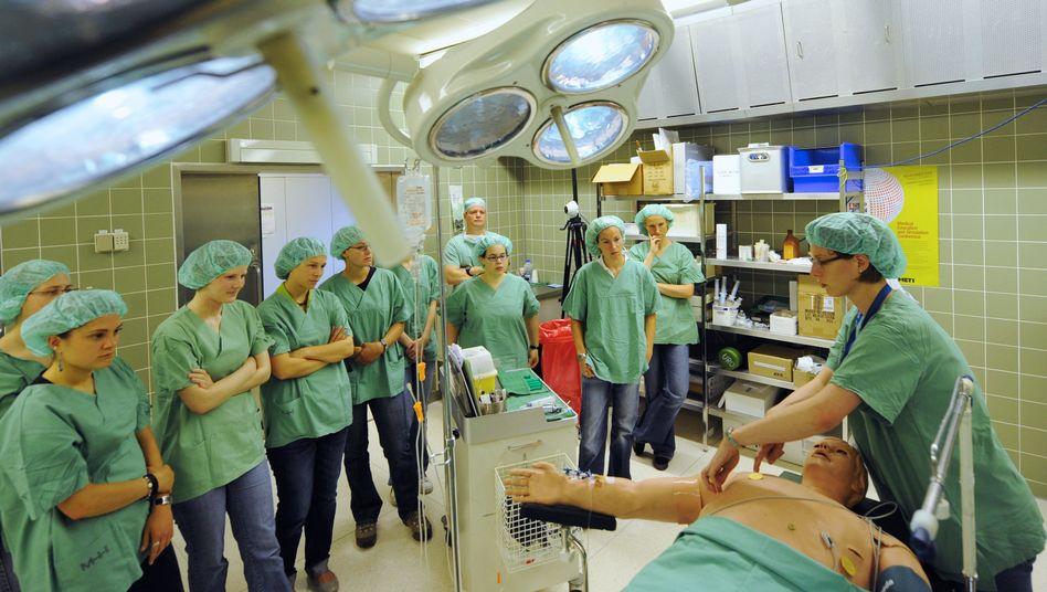 Lernen für die Praxis: Neben den Grundlagen gibt's im Medizinstudium auch mehrere Praktika. Deren Erfahrung ist zurzeit vor allem in ländlichen Gebieten gefragt.