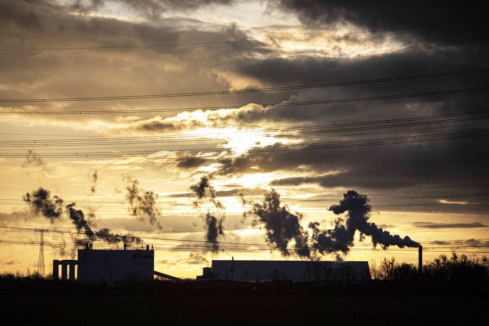Emission aus einem Schlot im Industriegebiet, aufgenommen bei Sonnenaufgang in Brieselang, 18.02.2020. Brieselang Deutsc