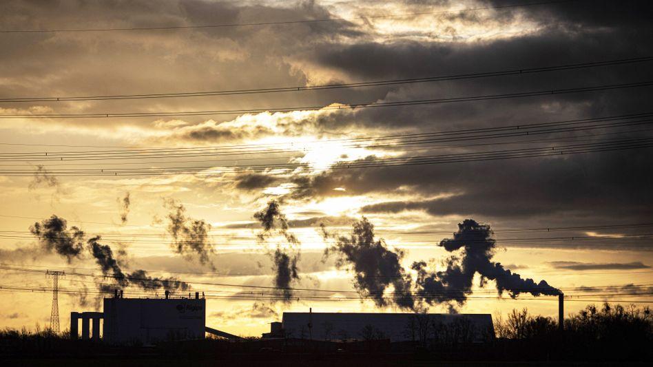 Industrie nahe Brieselang in Brandenburg: erkennbarer Abstand