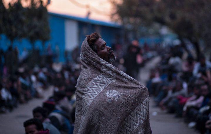 Ein Obdachloser wartet vor einer staatlichen Hilfseinrichtung auf eine warme Mahlzeit: Die indische Regierung hat ein milliardenschweres Hilfspaket für die Armen angekündigt