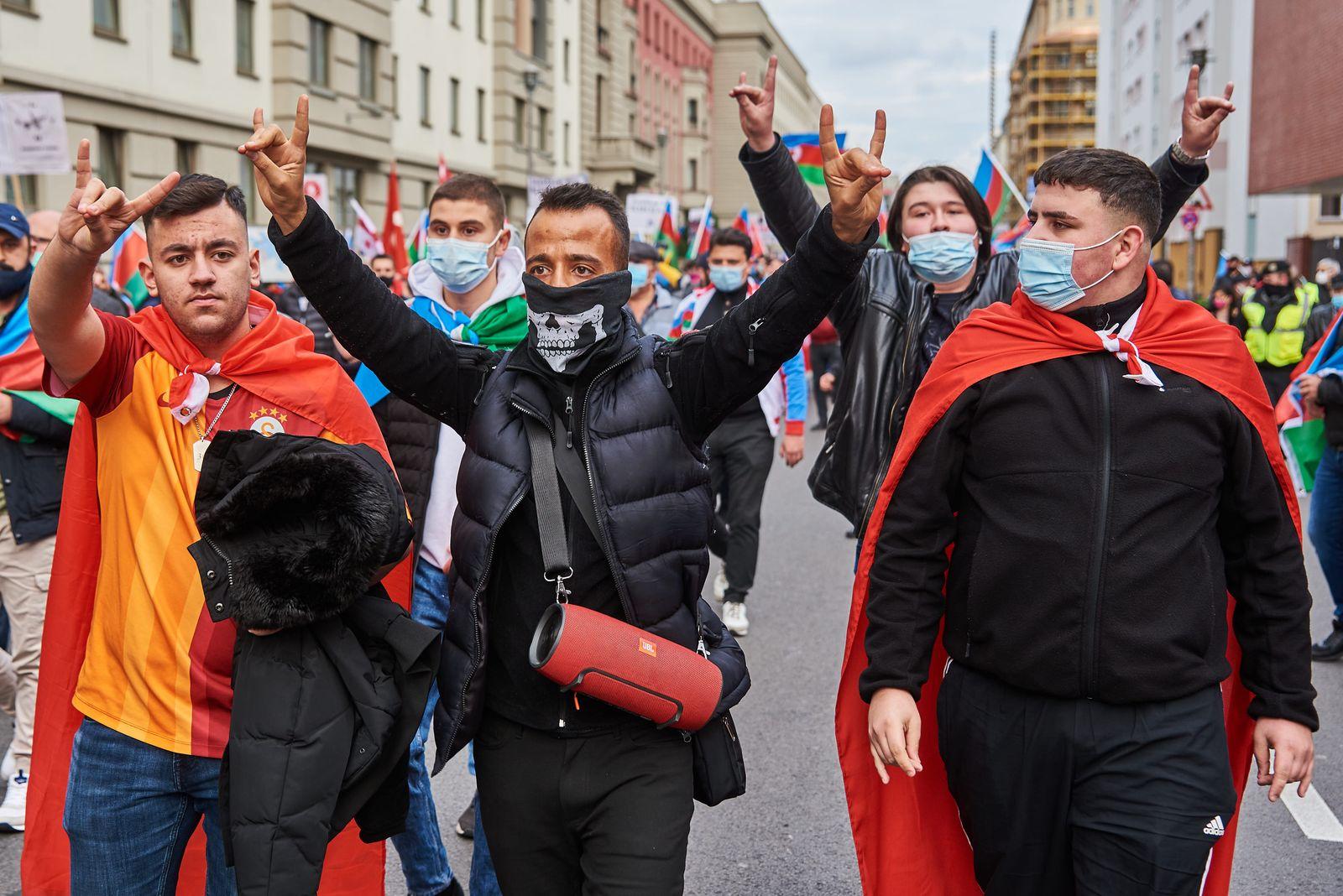 Aserbaidschaner Demo gegen Krieg in Bergkarabach