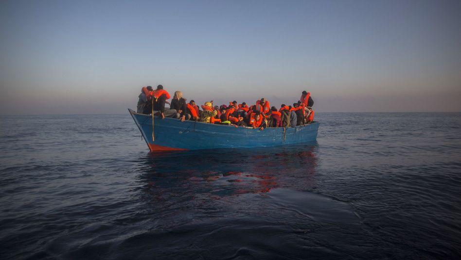 Bootsflüchtlinge aus Afrika und Asien auf dem Mittelmeer