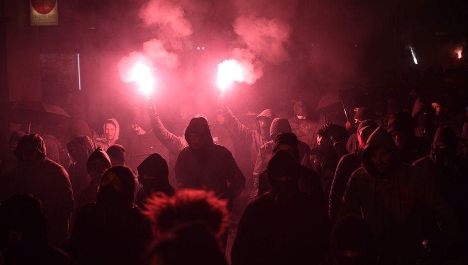 Vermummte zündeten bei der Demonstration gegen das Indymedia-Verbot in Leipzig Bengalos