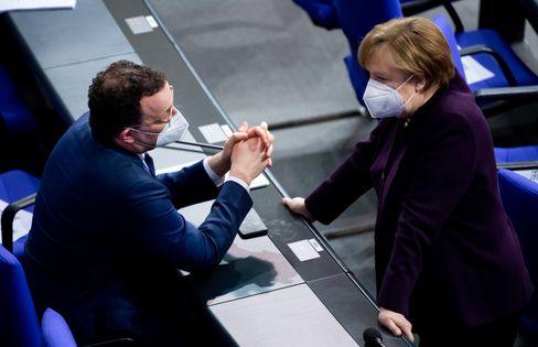 Kanzlerin Angela Merkel, Parteifreund Jens Spahn: Test-Offensive verschoben